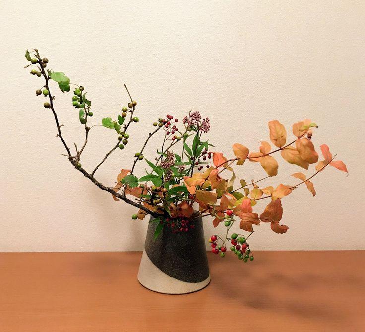花材 : ヒペリカム、サンザシ、フジバカマ、ヤマホロシ、ノバラ