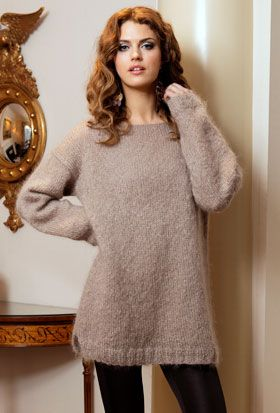 """Den helt enkle, strikkede sweater i lun og luftig mohair har """"rå kant"""" foroven og små slidser forneden i siderne"""