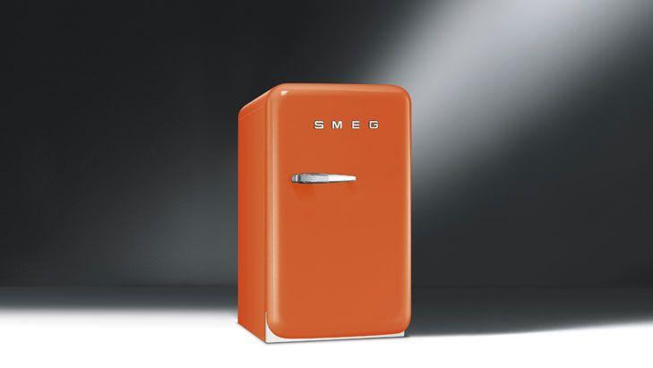 La gamma di frigoriferi Smeg in stile anni '50 dà il benvenuto a un nuovo modello: è il mini-frigo FAB5, ricco di performance e personalità in un irresistibile formato compatto.