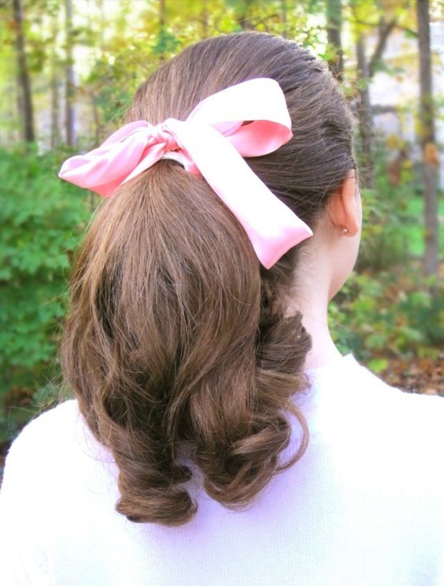1950s style pin curled ponytail