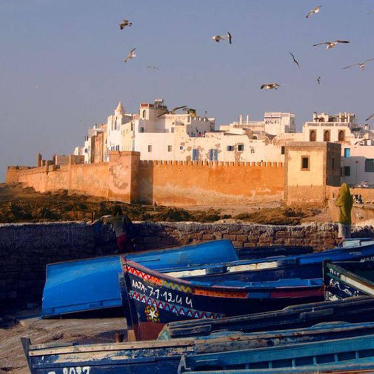 Essaouira, au Maroc Petite station balnéaire face à l'océan Atlantique, Essaouira a des airs d'un Saint-Malo oriental. Les amoureux de...