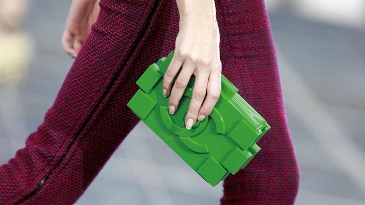 Sarà il must have della prossima estate, per tutte le vittime del fashion. Se l'è inventata Karl Lagerfeld ed è già mania: la clutch Chanel oggi arriva in versione LEGO. Un rigido mattoncino, in molte varianti di colore, capiente, minimal e pratico come il più classico dei mini bauletti. Ancora un poco di pazienza per vederla in boutique. Il prezzo? Non sappiamo ancora dirvi, ma certo niente di troppo cheap...  (www.artribune.com)