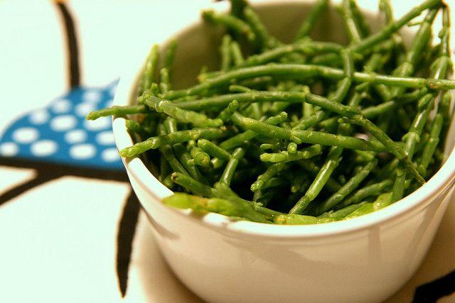 Une recette à base d'algues bretonnes, très saine et excellente pour la santé : les salicornes poêlées relevées avec un peu d'ail, de persil et de beurre.