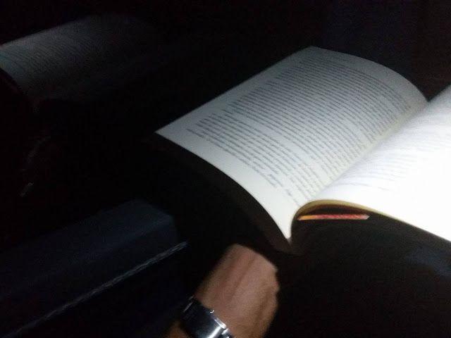 """Olhares do avesso: Quem é o narrador? (resenha) """"Divididos em atos passeamos pelas personalidades de personagens da nossa história por uma Londres lúgubre, suja, sexual e repleta de ..."""" """"Divided into acts we strolled the characters personalities of our history by a London dismal, dirty, sexual and full of ..."""" #resenha #review #leia #ler #read #reading #leitura #book #livro #blog #blogger #olharesdoavesso"""