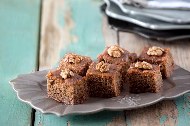 Καρύδια, ζάχαρη, μπαχαρικά, και φρέσκο βούτυρο Χωριό είναι λόγοι που κάνουν αυτή την καρυδόπιτα την αγαπημένη του Ηλία Μαμαλάκη! Δοκιμάστε τη!
