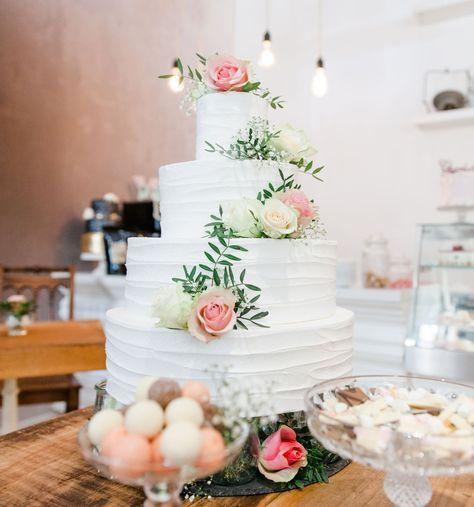 4-stöckige Hochzeitstorte mit Buttercreme im Wellendesign und echten Rosen von VERZUCKERT BERLIN bei www.weddingstyle.de   Foto: Janina Wagner – Honeymoon Pictures