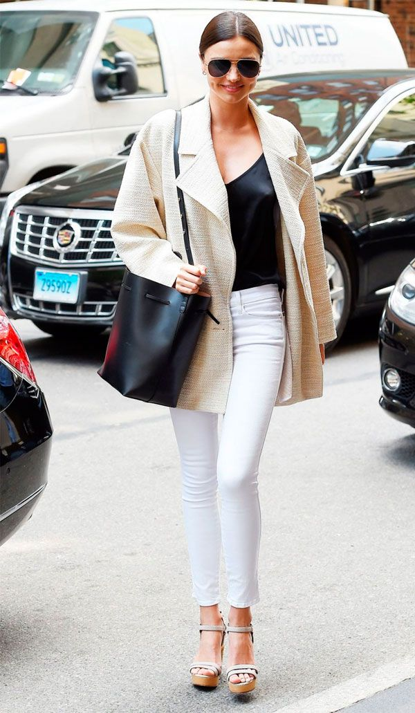 Street style da modelo Miranda Kerr com calça jeans branca.