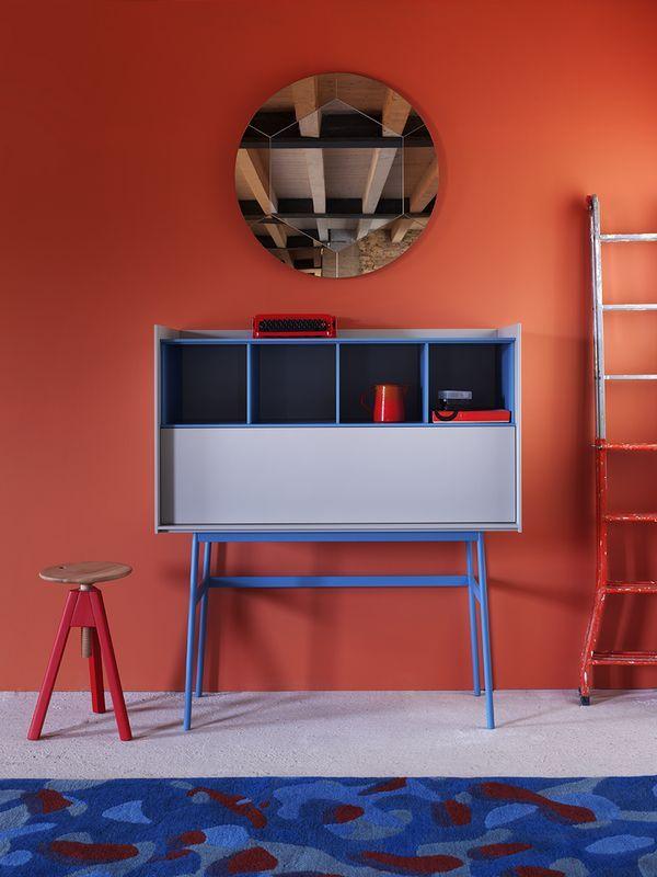 Design:  E-ggs. Scrittoio, mobile da ingresso, piattaia in legno o laccata con basamento in metallo verniciato.