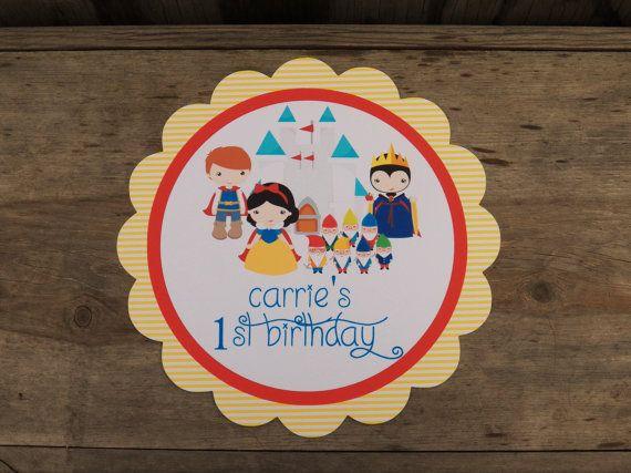 Blanco colección fiesta de la nieve  Una gran manera de decorar su espacio de fiesta! Signos de fiesta están hechos de tres capas de cartón de 80 libras e incluyen una longitud de 15 de cinta que usted puede colgar o fijar en una pared, puerta o mesa de partes. Pantalla tamaño de aproximadamente 11 redondo , Vieira o cuadrado.  Por favor incluya lo siguiente en su orden:  1) tema fiestas/personajes 2) redacción fiesta (es decir: feliz cumpleaños, cumpleaños de ___, Bienvenido a mi fiesta…