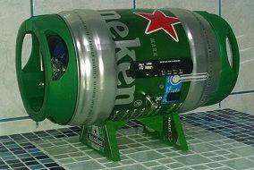 """Barril de som """"Heineken"""", foi feito com barril de chopp heineken 5 litros vazio e que seria jogado fora, essa peça decora muito bem onde quer que ela seja colocada, além de ter um ótimo som, tem controle remoto, entrada usb,  bluetooth podendo ser controlada pelo celular... By Negrete"""