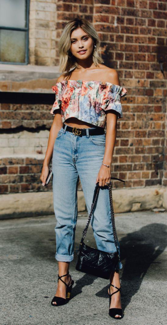 Blusa ciganinha, top ombro a ombro com estampa floral, mom jeans, cinto Gucci, sandália de tiras preta, bolsa preta