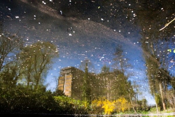 Extrait de la série Reflets de Bruxelles par Francois van Bastelaer  Le reflet d'un instant de réalité, sans trucage