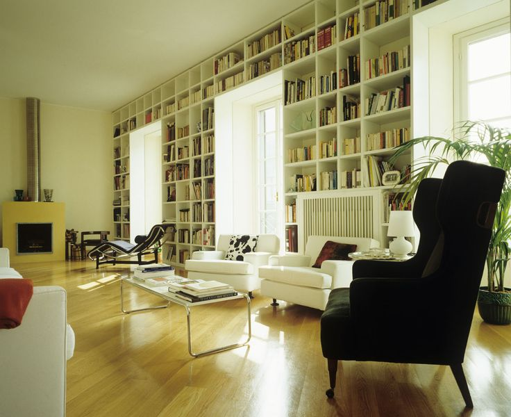 Grande libreria in soggiorno contemporaneo luce naturale fornita da grandi porte finestre