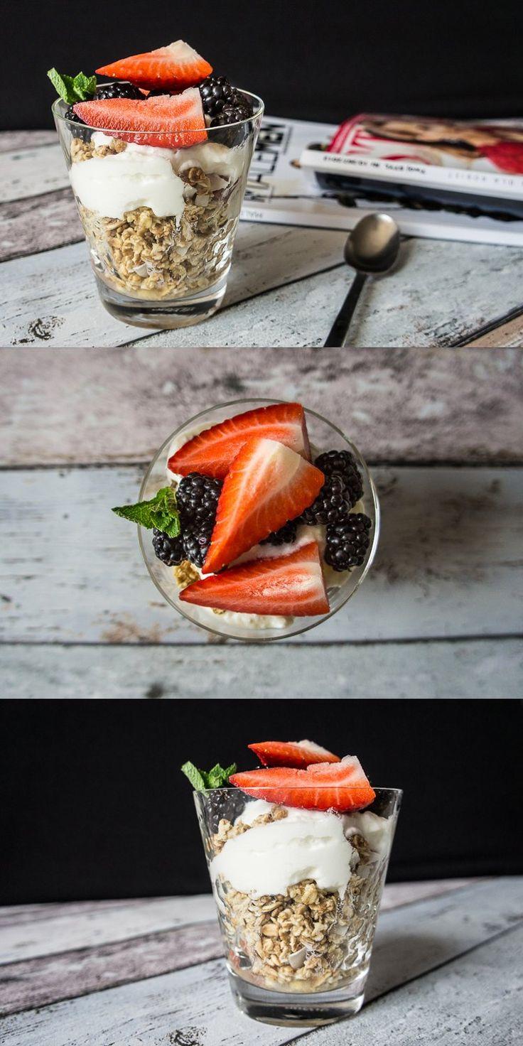 Granola z owocami, miodem, orzechami i jogurtem naturalnym. #sniadanie #granola