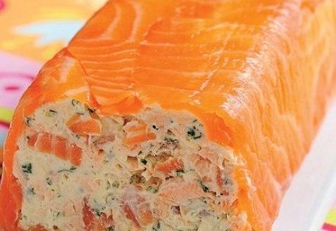 Рулет из копченого лосося и творожного сыра