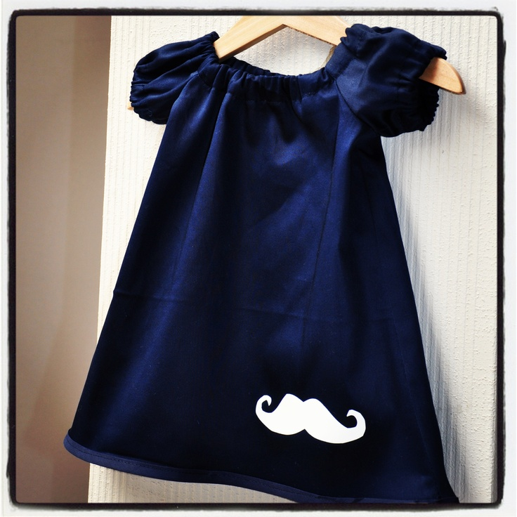 Kleedje met mouwtjes in glanzend navy katoen met witte moustache. Patroon:http://www.sew-much-ado.com/2012/01/infant-peasant-dress-free-pattern-and.html