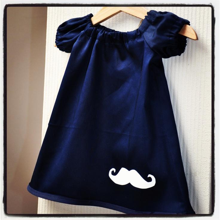 Kleedje met mouwtjes in glanzend navy katoen met witte moustache. Patroon:http://www.sew-much-ado.com/2012/01/infant-peasant-dress-free-pattern-and.html
