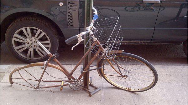 La invasión de cadáveres de bicis en Nueva York en http://www.yorokobu.es