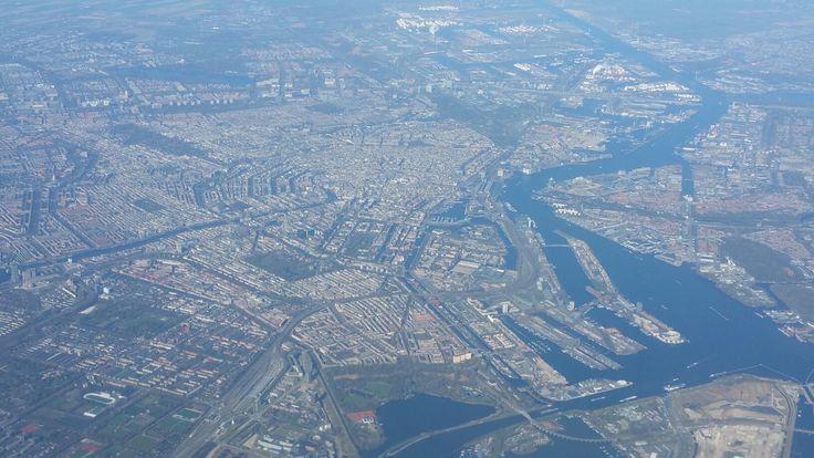 Opstijgen en heldere lucht boven Amsterdam