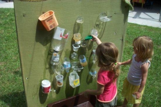 jeux en plein air: mur de récipients pour verser de l'eau