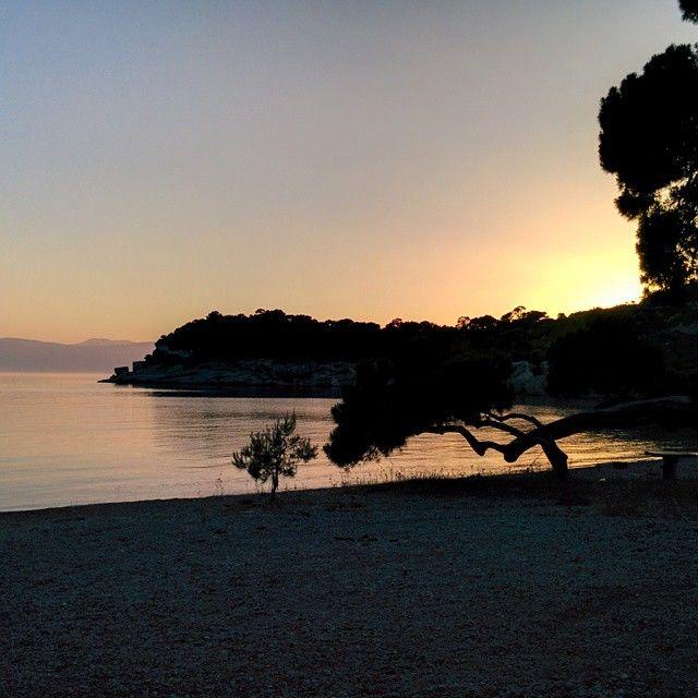 Agia Paraskevi beach, Spetses (Ευχαριστώ για την υπέροχη φωτογραφία που σου έκλεψα, Αργύρη!) www.facebook.com/patralis.argie