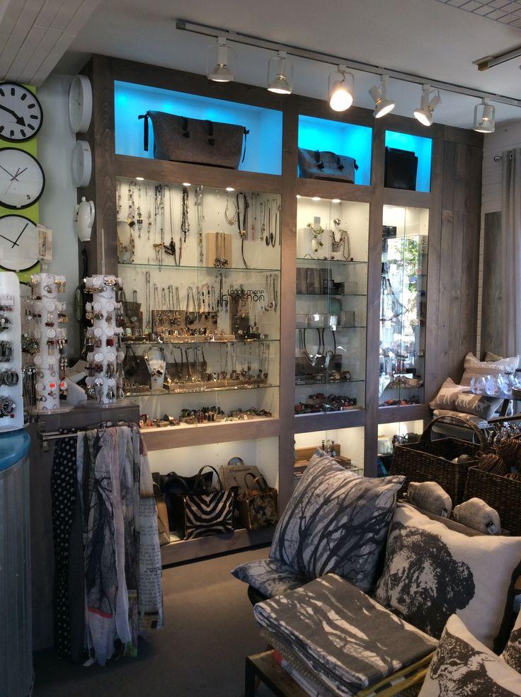 Nous avons une grande sélection de bijoux de créateurs québécois en boutique, dont un mur complet d'Anne-Marie-Chagnon.