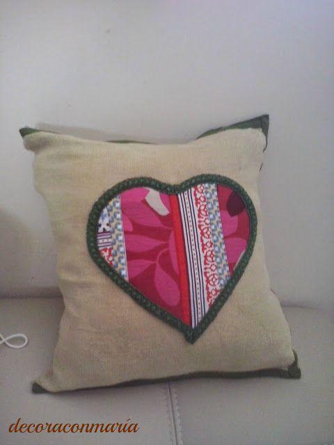 decoraconmaría: cojines Cojín realizado en tejido arpillera con gran corazón central