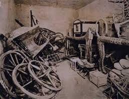 Corredo funerario di Tutankhamon, ritrovato nel 1922 dall'archeologo Howard Carter. Il luogo di ritrovamento è a Tebe nella Valle Dei Re.