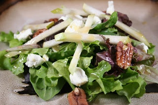 Salad with mixed greens, pears, goat cheese and pecans with Magners ...