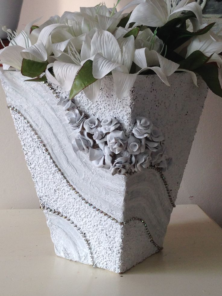 jarrón de cartón reciclado decorado con trapillo y rosas de porcelana fria