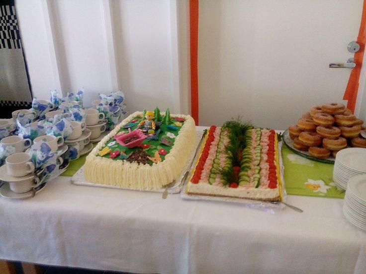 Juvakodilla tehtyjä kakkuja.
