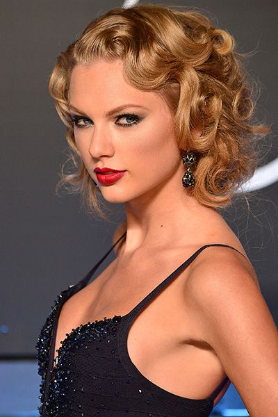 Taylor Swift curly faux bob gave her ensemble an Old Hollywood siren appeal at MTV #VMAs 2013 #hair