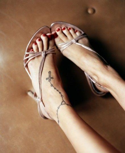 Tetování na nártu a kolem kotníku (Nicole Richie)