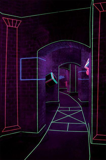 Raum im Raum - Jeongmoon Choi Raum im Raum  2006 / Wollfäden, Schwarzlichte / Ausstellung RESERVOIR X / Großer Wasserspeicher, Berlin