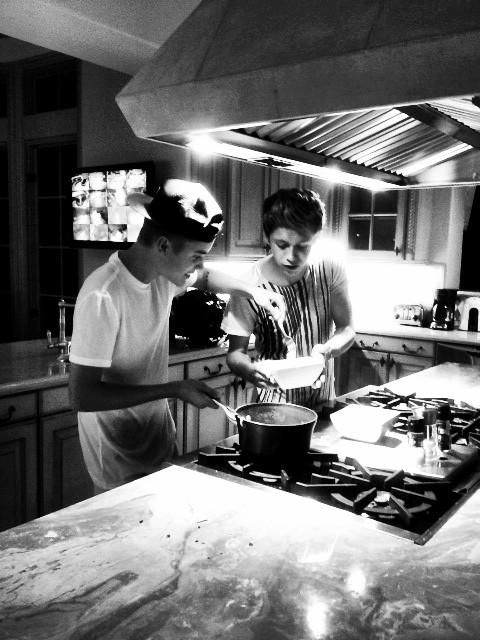 """The Biebs tweeted this pic with the caption, """"At my house cookin some noodles with @NiallOfficial"""" NIALL WAS WITH BIEBER I BET HE WAS FANGIRLING SO MUCH!"""