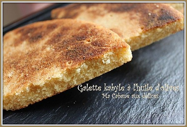 voici une version de galette kabyle, typique de la région de Tizi-Ouzou. Elle se prépare avec de l'huile d'olive comme toutes les galettes de la Kabylie.