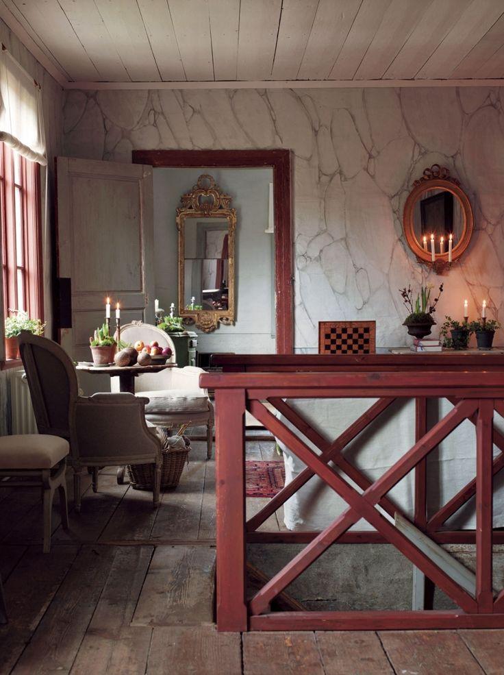 Hall och trapphus med väggar målade för att se ut som marmor.