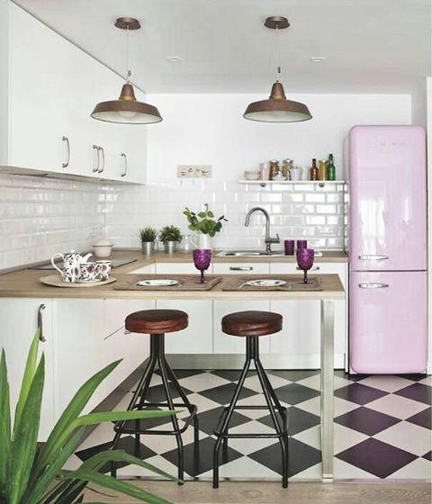 Bom dia com essa cozinha linda, geladeira retrô é muito amor!
