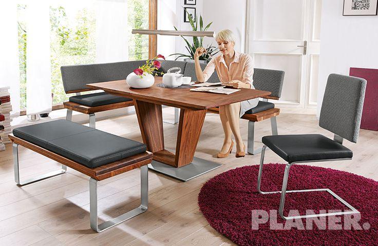 Elegante e stravagante: la sala da pranzo in noce massiccio. Seduta in vera pelle con schienale in tessuto e piede color acciaio inox spazzolato, panca ad angolo compresa.