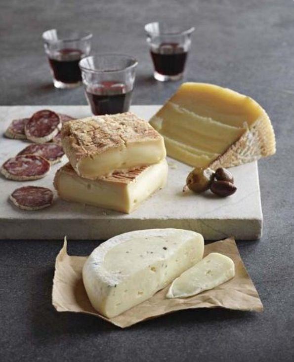 #Duvinetdescopains #Bar #Vin #VinRouge #Verre #Fromages #Planche