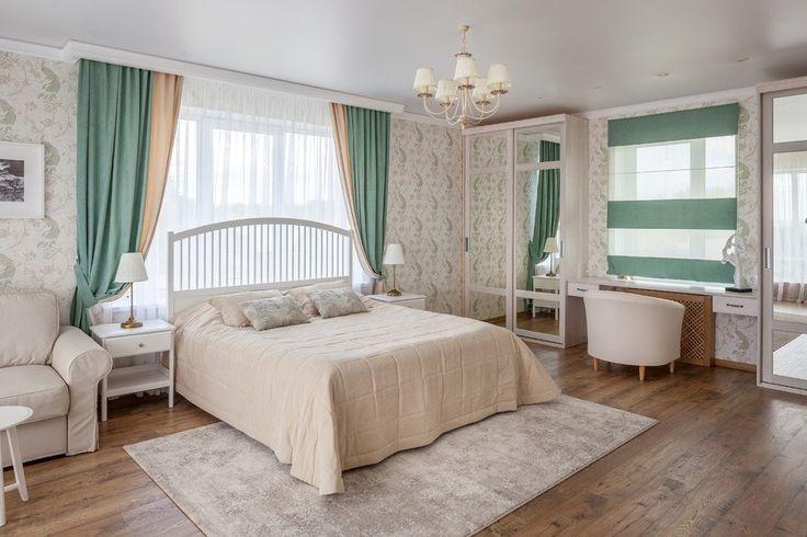 бирюзовые шторы с бежевыми обоями в интерьере спальни