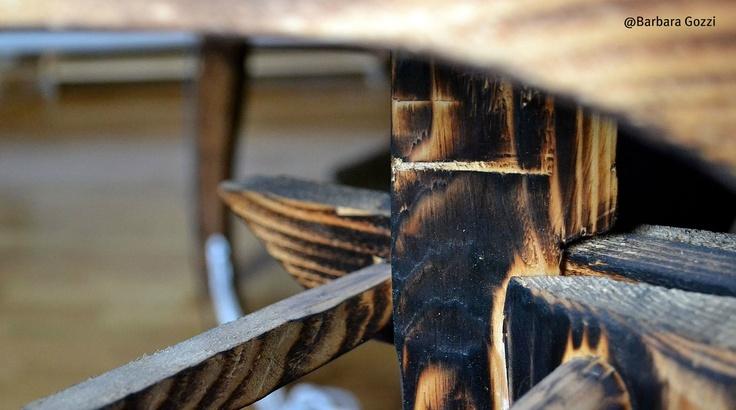 Dettaglio parte inferiore di un tavolo di legno.  Scatto di Barbara Gozzi