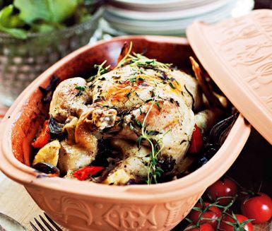 Kyckling i lergryta med citron och timjan är en fulländad måltid som kräver ett par timmars tillagning. Rotfrukter tillsammans med vitlök och chili gör rätten eterisk och grann.