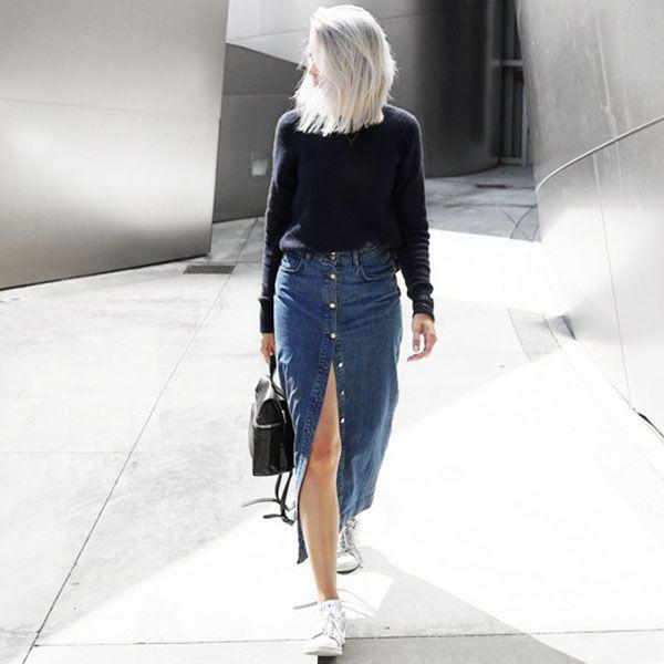 Street style de saia de botões jeans.