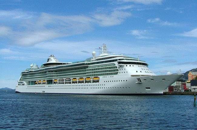 DÍA 21. ROMA – CRUCERO – JEWEL OF THE SEAS (Celebración de Quinceañeras a bordo). Pensión completa. Traslado al puerto de Roma para embarcar en el fascinante barco de cruceros JEWEL OF THE SEAS por las Islas Griegas, el azul mar Egeo permanecerá en el recuerdo para siempre. En la noche tendremos la CELEBRACIÓN DE LAS QUINCEAÑERAS. Brindaremos, comeremos y bailaremos al ritmo de nuestra música favorita en una fiesta que hará de este viaje una experiencia inolvidable.