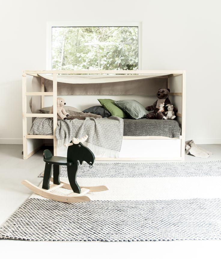 Maak van het bed een spannende hut. Drapeer een lap stof over het bedframe en leg er lekker veel kussens en knuffels in om mee te stoeien en spelen. | IKEA IKEANederland kinderkamer babykamer speelkamer hoogslaper Scandinavisch hout