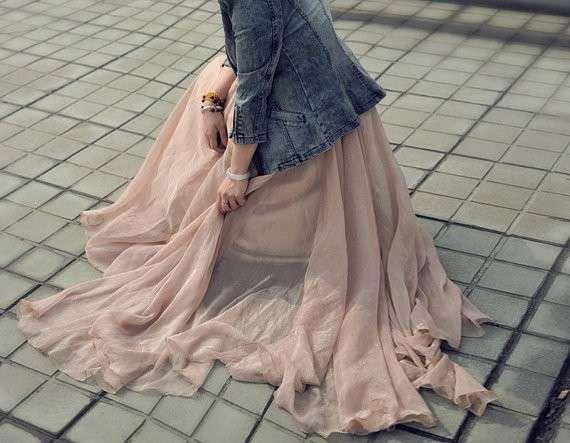 Gonne lunghe di moda: come abbinarle in estate - Gonnellone rosa e giacca di jeans