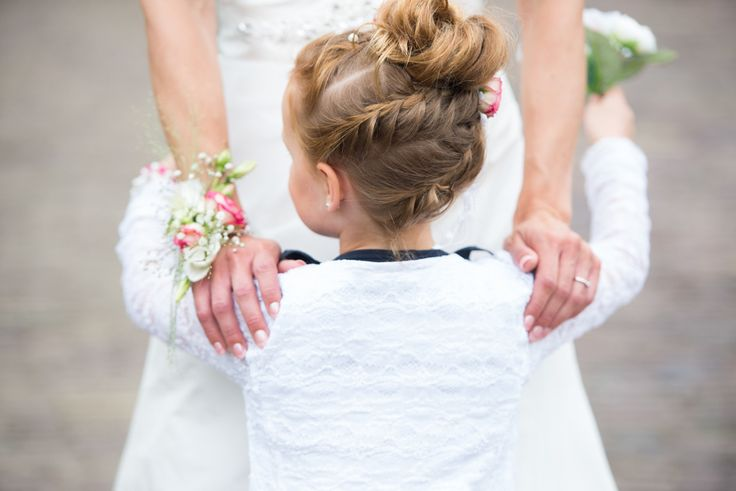 Prachtige vlechtjes bij dit mooie bruidsmeisje #bruidsfotografie