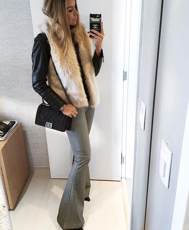 Atrasadinho da semana passada!! Ja falei pra vocês que eu amooo colete de pelo em cima de jaqueta!!! Esse é da @superbonita_ que tem coletes e casacos de pelinho de todas as cores!!! Um de cada please!!! Disponível no site www.lojasuperbonita.com.br {calça @ateliedecalcas | jaqueta @zara | Bag @chanelofficial } ❤️ #danicardoso®
