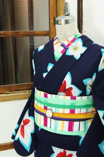 濃紺色地に、ふわりと浮かぶ星のような桔梗の花取りに、愛らしい蝶々が重ねられた注染レトロ浴衣です。 #kimono